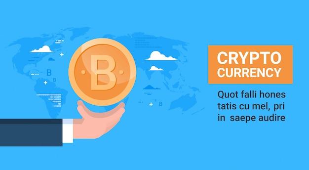 Ręka trzyma bitcoin ponad pojęcie mapy świata kryptowaluty cyfrowe lub wirtualne pieniądze kryptograficzne