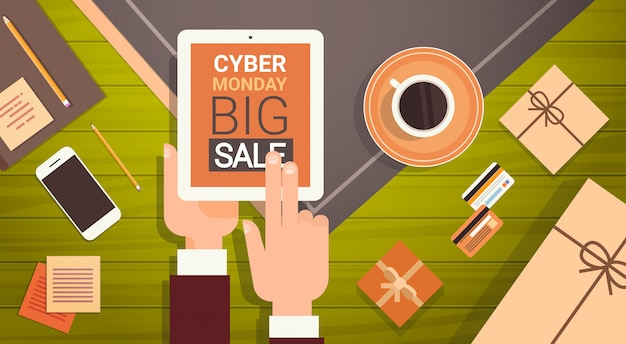 Ręka trzyma cyfrowy tablet z wiadomością cyber poniedziałek duża sprzedaż, baner zakupy online