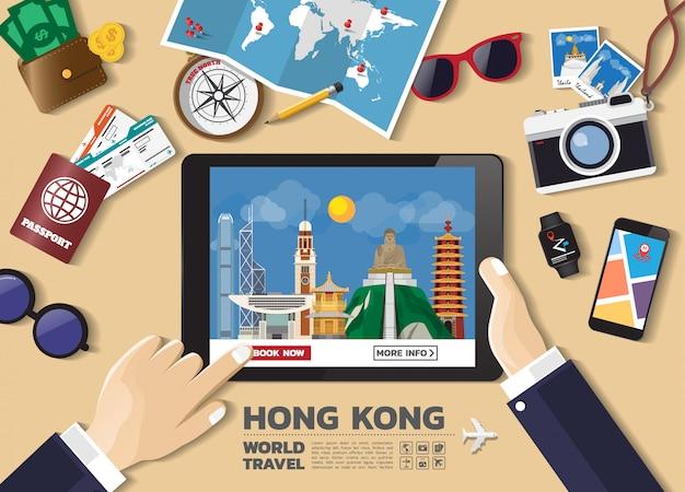 Ręka trzyma inteligentne urządzenie rezerwacji podróży przeznaczenia. znane miejsca w hongkongu.