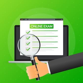 Ręka trzyma lupę na tablecie z egzaminem online na zielonym tle.