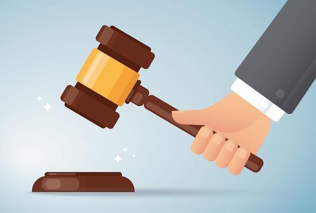 Ręka trzyma młot drewna sędziego. pojęcie sprawiedliwości