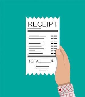 Ręka trzyma paragon. faktura papierowa. całkowity rachunek