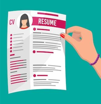 Ręka trzyma podanie o pracę. cv artykuły cv. rozmowa kwalifikacyjna. koncepcja zarządzania zasobami ludzkimi, wyszukiwanie profesjonalnych pracowników, praca. znaleziono właściwe cv. ilustracja wektorowa w stylu płaski