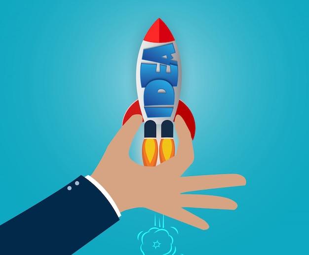 Ręka trzyma prom kosmiczny, koncepcja kreatywnego pomysłu