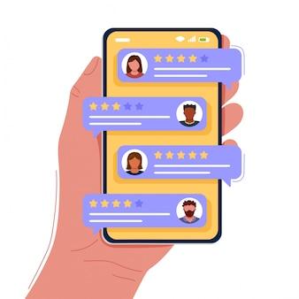 Ręka trzyma smartfona z ocenami klientów