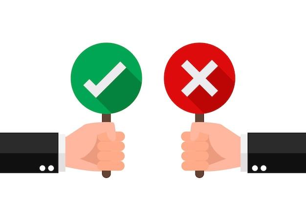 Ręka trzymać szyld zielony znacznik wyboru i czerwony krzyż. dobre i złe dla opinii. koncepcja ikona znaku. .
