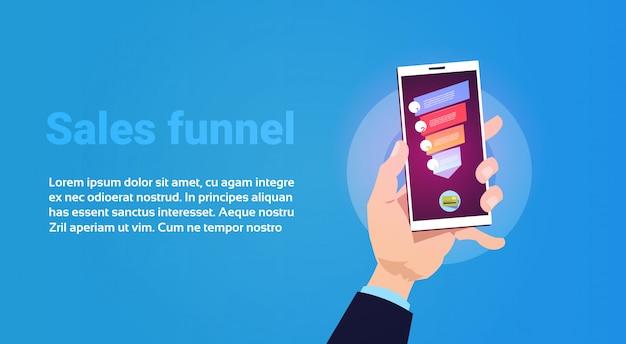 Ręka trzymać telefon lejka sprzedaży aplikacji mobilnych z kroków etapów biznesowych infografikę. koncepcja diagramu zakupu