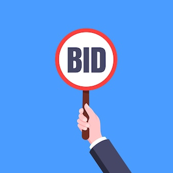 Ręka trzymaj okrągłą ofertę aukcyjną wiosło transparent płyta znak koncepcja biznesowa