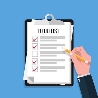 Ręka trzymająca ołówek i wypełnij znacznik wyboru na liście rzeczy do zrobienia wymienia arkusz papieru ze schowka i niebieskim tle.