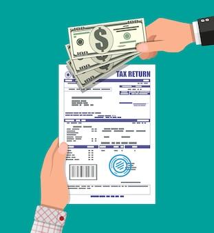 Ręka z dokumentu zeznania podatkowego i banknotów dolarowych.