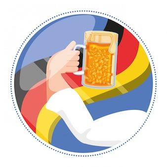 Ręka z oktoberfest piwa słoikiem