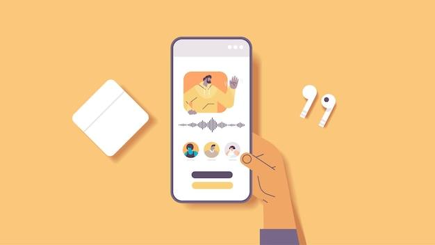 Ręka za pomocą smartfona komunikować się w komunikatorach za pomocą wiadomości głosowych aplikacja czatu audio media społecznościowe koncepcja komunikacji online pozioma ilustracja wektorowa