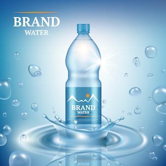 Reklama aqua. naturalna woda mineralna ciekła opuszcza handlową plakatową merchandising plastikową butelkę bryzga wektor realistycznego szablon