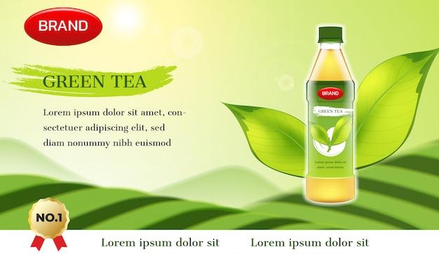 Reklama zielonej herbaty. butelka herbaty z fusami i górą zielonej herbaty