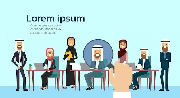 Rekrutacja ręka zoom szkło powiększające zbieranie kandydat na biznes kandydata z grupy ludzi arabskich siedzi przy biurku