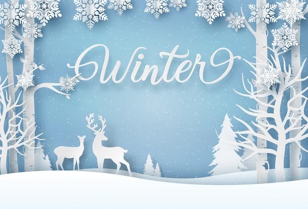 Renifer w lesie z płatkami śniegu