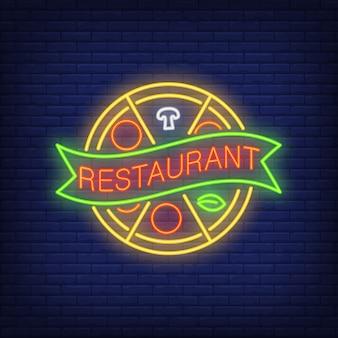 Restauracja neon znak. koło pizzy podzielone na plastry ze wstążką.