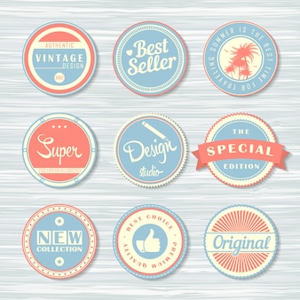 Retro odznaki na drewnianym tle. zestaw etykiet: super, oryginalny, nowy, bestseller i inne