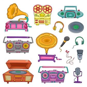 Retro sprzęt muzyczny, stare magnetofony i mikrofony na białym tle