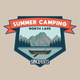 Rocznik łata z drewnianym czółnem dla wycieczki na jeziorze, niektóre drzewa i góry przygoda, podróż, lato camping, plenerowy, naturalny, pojęcie