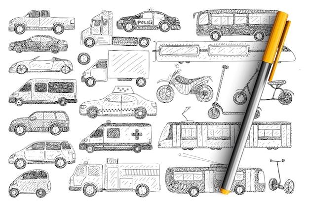 Rodzaje pojazdów doodle zestaw. kolekcja ręcznie rysowane samochody, autobusy, skutery, samochody policyjne, trolejbus, motorower na białym tle.