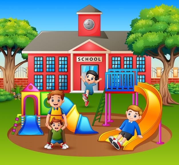 Rodzic z dziećmi na szkolnym boisku
