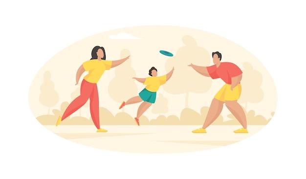 Rodzice bawią się z dzieckiem we frisbee. mężczyzna rzuca kobiecie niebieski dysk, a chłopak próbuje go złapać