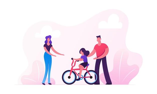 Rodzice uczą jeździć na rowerze w parku miejskim