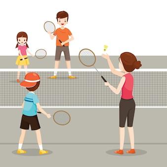Rodzina grająca w badmintona dla dobrego zdrowia, zajęcia rodzinne
