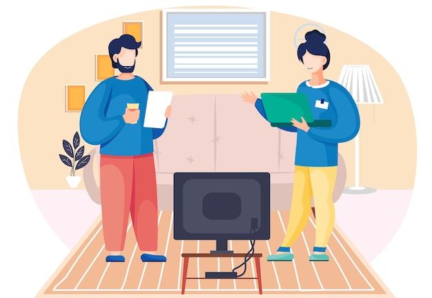 Rodzina mąż i żona z laptopem, rozmawiając stojąc razem w pokoju. domowy salon z kanapą i telewizorem. ludzie komunikują się, rozmawiają o swoich sprawach lub o filmie lub programie telewizyjnym