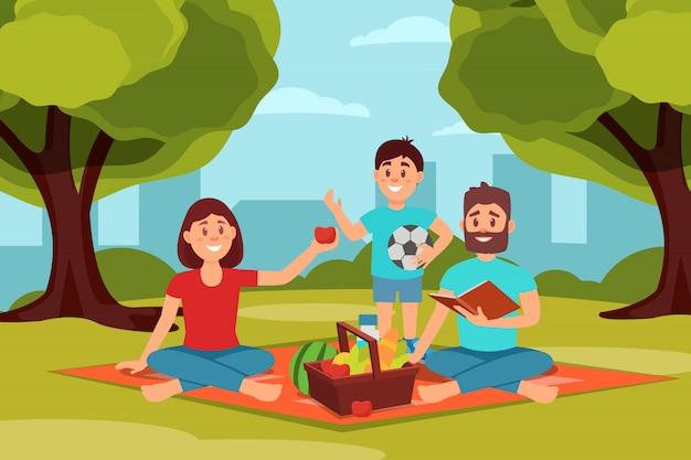 Rodzina na piknik w parku. rodzice siedzą na kocu, dziecko trzyma piłkę. zieleni drzewa, krzaki i miasto budynki na tle. płaska konstrukcja