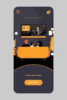 Rodzina ogląda wiadomości w salonie w aplikacji mobilnej