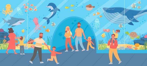 Rodzina w oceanarium. rodzice i dzieci oglądają duże szklane akwarium z rybami oceanicznymi i zwierzętami morskimi. koncepcja wektor podwodne zoo wycieczka. matka, ojciec i dzieci oglądają podwodne życie