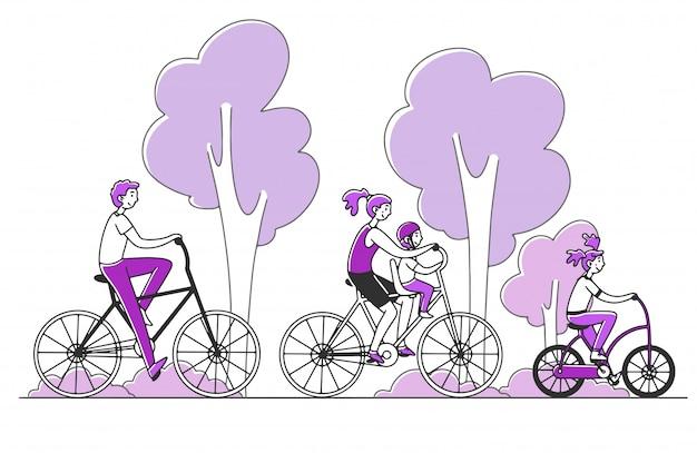 Rodzinna para z dwójką dzieci jedzie na rowerze na zewnątrz