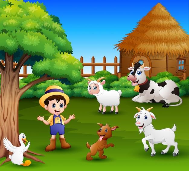 Rolnik w jego gospodarstwie z grupą zwierząt gospodarskich