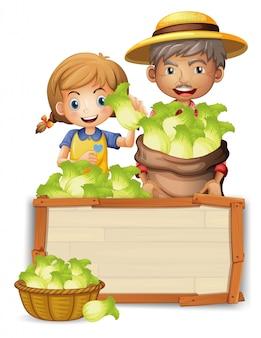 Rolnik z sałatą na drewnianej desce