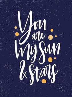 Romantyczna wiadomość wektor plakat szablon. jesteś moim słońcem i gwiazdami odręcznie zdanie na tle rozgwieżdżonego nieba. miłość cytat z żółtą farbą spada tła. projekt pocztówki świętego walentego.