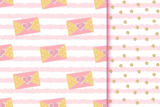 Romantyczne błyszczące złote wzory bez szwu z komunikatami miłosnymi w kopertach z błyszczącymi sercami na różowych paskach