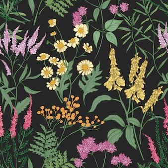 Romantyczny wzór z delikatnych dziko kwitnących kwiatów i ziół kwitnących łąki używanych w florystyce na czarnym tle