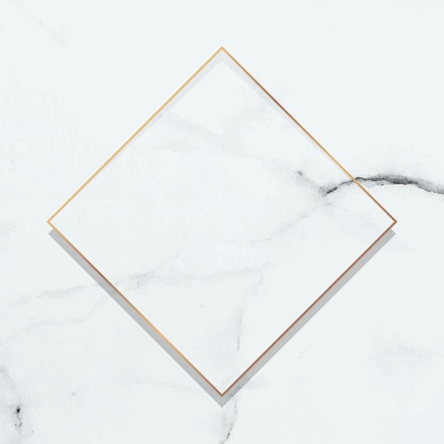 Rombowa złota ramka na białym marmurowym tle