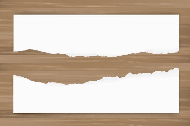 Rozdzierający papierowy tło na brown drewnianej teksturze. rozdarty krawędzi papieru.