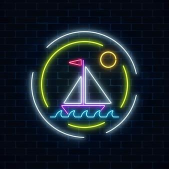 Rozjarzony neonowy lato znak z żeglowanie statkiem w oceanie w round ramach na ciemnym ściana z cegieł tle.