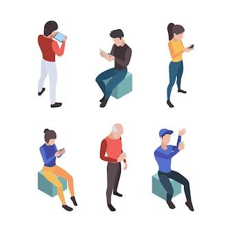 Rozmowa telefoniczna. ludzie z gadżetami w mediach społecznościowych rozmawiają ze smartfonami i urządzeniami mobilnymi online