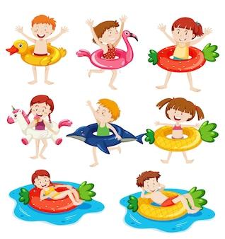Różne dzieci z ich pierścieniem do pływania na białym tle