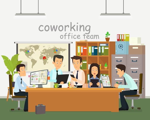 Różni ludzie rozmawiają i pracują przy komputerach.