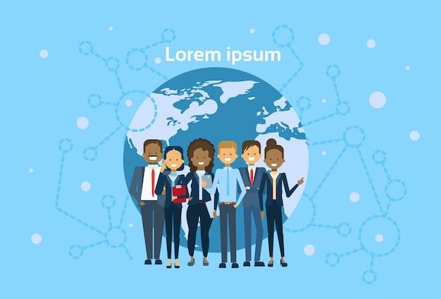 Różnorodna grupa biznesmenów na świecie mapa świata