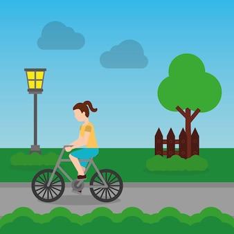 Rozochocona kobieta jedzie rower na parkowej drodze