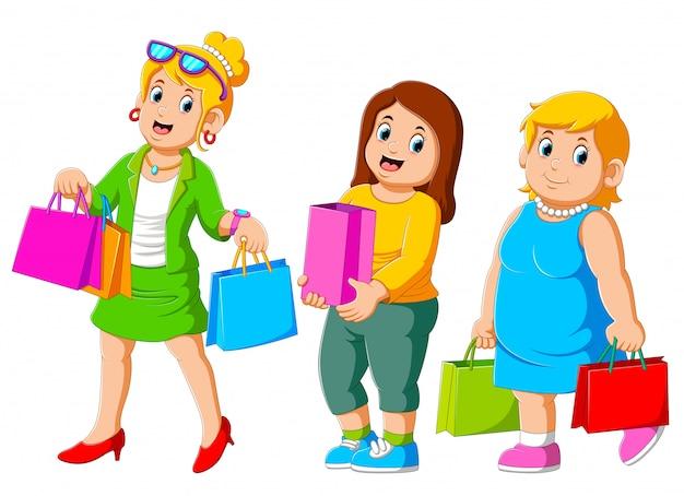 Rozochocona szczęśliwa trzy kobieta cieszy się zakupy