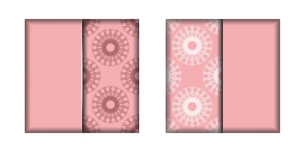 Różowa kartka z mandalowym białym ornamentem przygotowana do typografii.