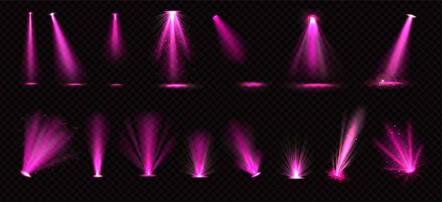 Różowe wiązki światła z reflektorów i projektorów podłogowych na białym tle